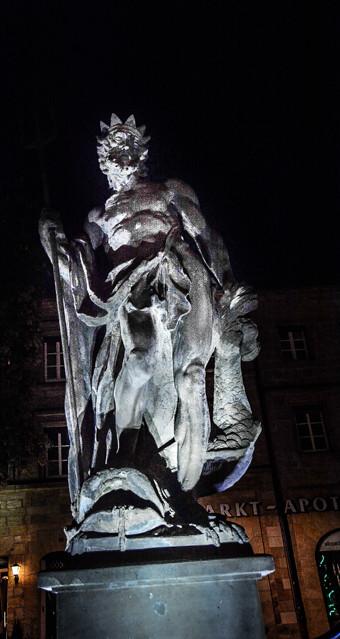 Neptunbrunnen im nächtlichen Glanz