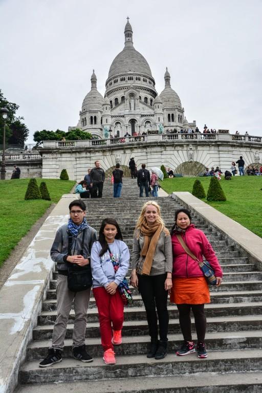 """Unterhalb der Kirche Sacre Coeur - Meine Familie mit unserer """"Tourguidin"""" Alissa - die das ganz prima gemacht hat"""