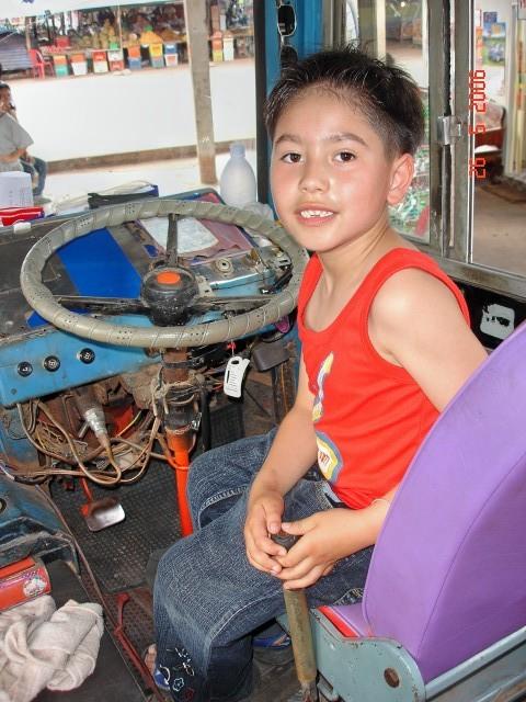 """Wie du siehst, hat Thailand keinen TÜV. Das ist übrigens kein ausrangierter Bus auf einem Kinderspielplatz sondern ein """"ganz normaler"""" Linienbus"""