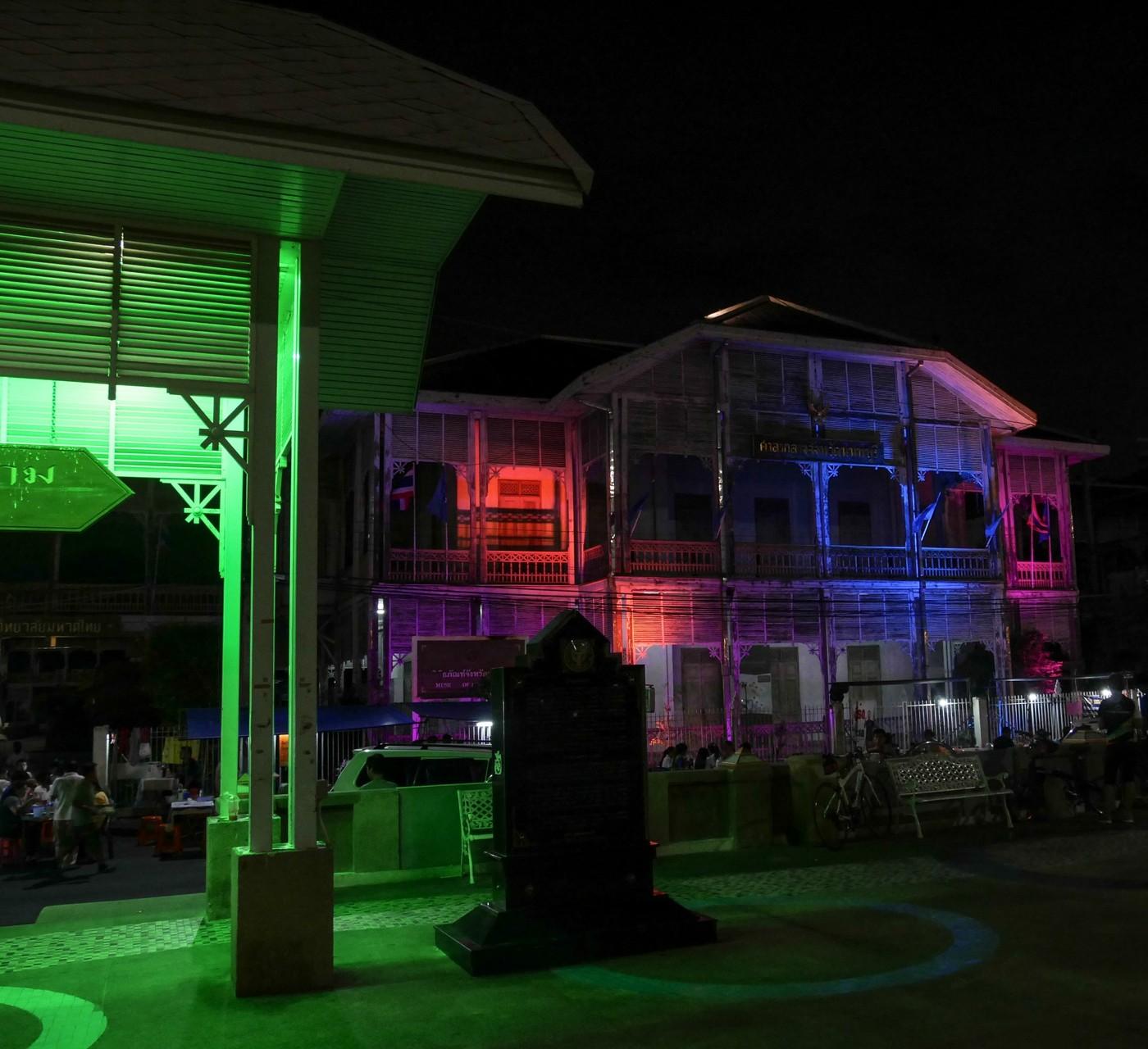 Farbenspiel in Nonthaburi, einem Vorort von Thailand