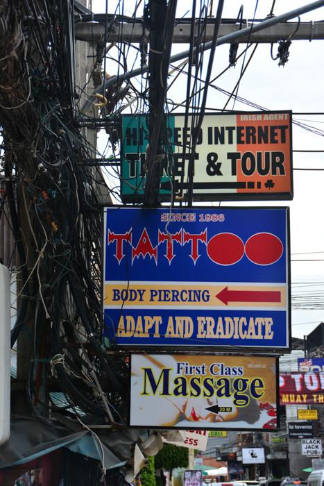 Drahtverhau und Reklamemüll in Chawaeng