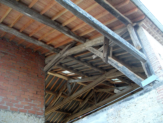 Au fond : sous toiture apparente (habitation) pour plafond placo - 1er plan : toiture terrasse terminée en douglas avec volige rabotée et bouvetée