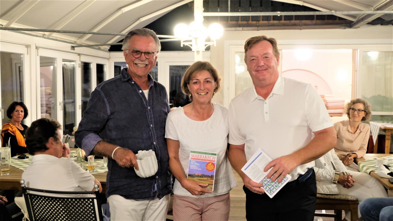Renate Much-Kauschke konnte ihr Glück kaum fassen. Rudi Schwarz und Jürgen Kanzler gratulierten ihr zum Gewinn der Reise nach Marrakesch