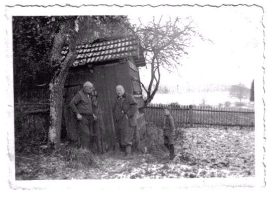 Altes Bienenhaus um 1935 des Oberförsters Christian Baumgärtner beim Forsthaus Sumpf bei Niederaltheim / Foto: Annelore Haines, geb. Baumgärtner, (Pennsylvania)