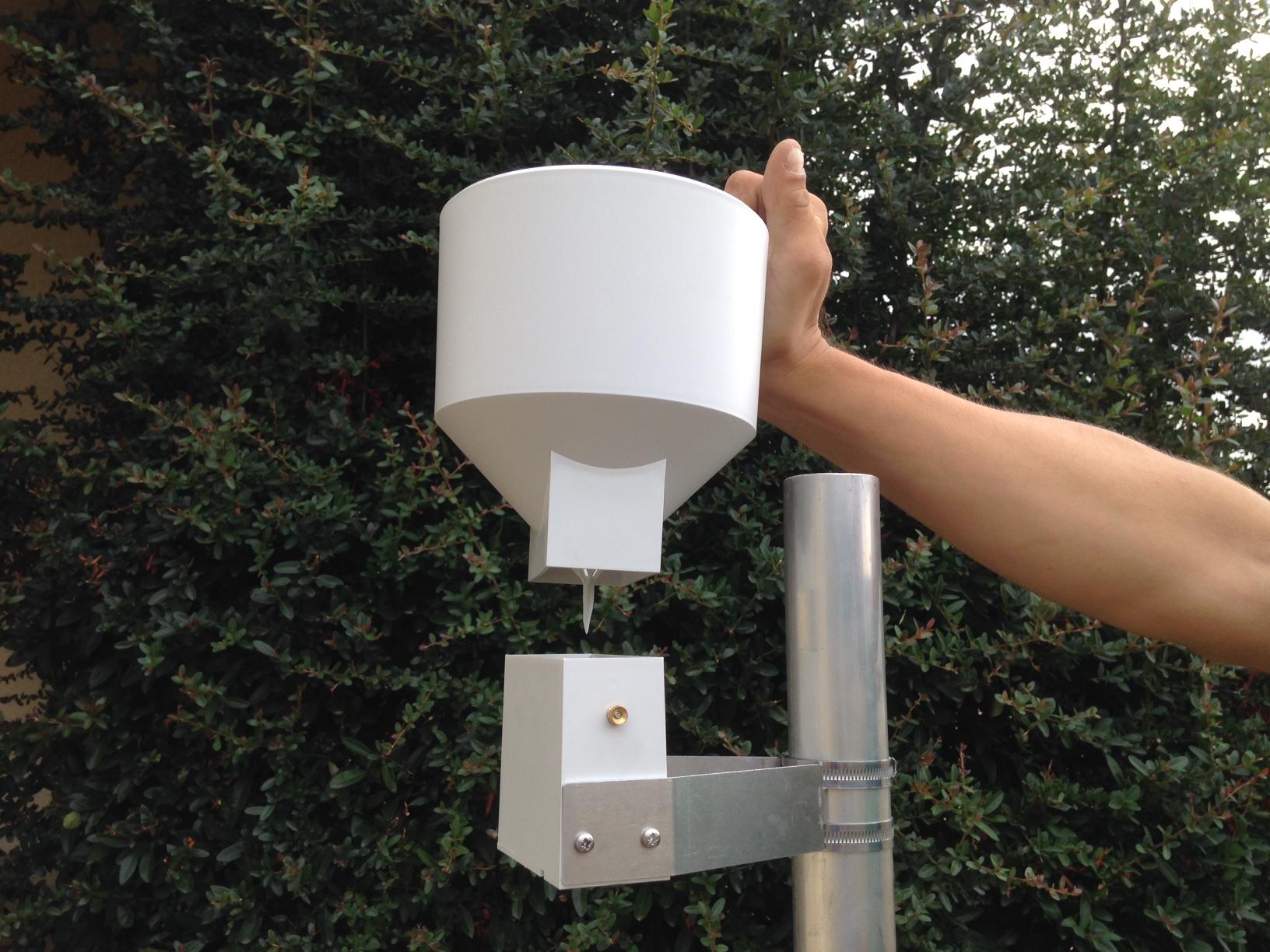Pluviomètre avec cône amovible