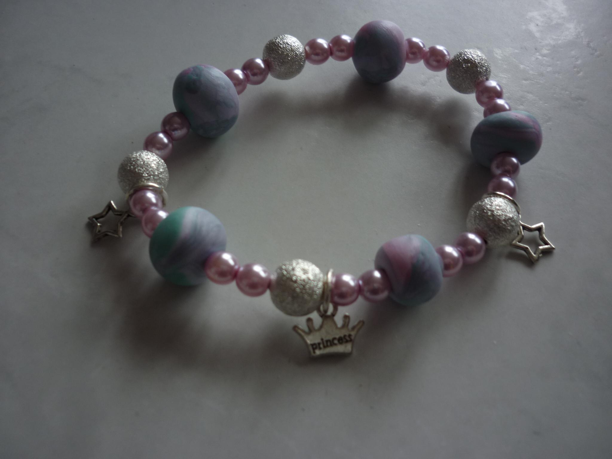 Armband aus Schmuckkeramik und Perlen , 19.-