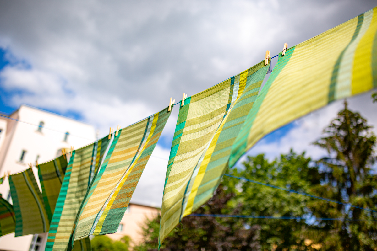Handtücher aus Baumwolle und Leinen flattern im Wind