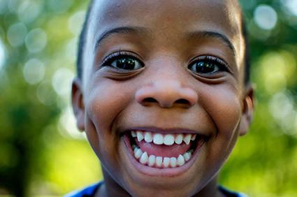 ein Strahlendes Lächeln mit gesunden Zähnen - HIMALAYA Bio-Zahncreme