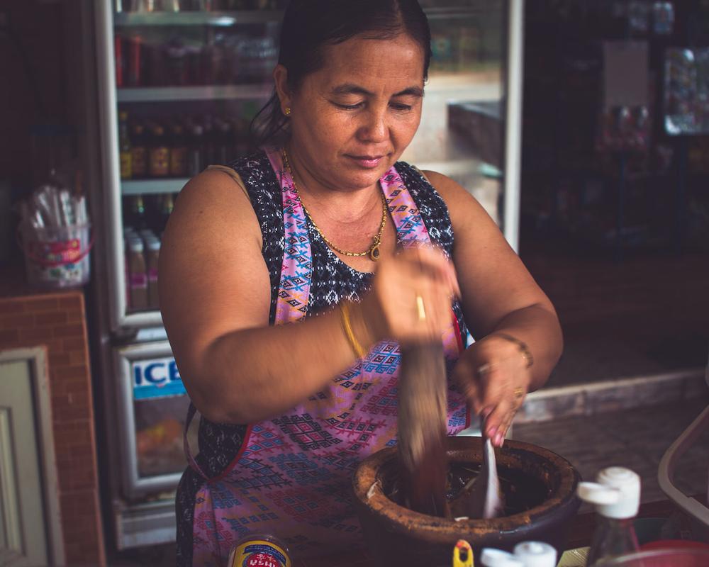 """Den scharfen """"Som Tam""""-Salat, den wir täglich feiern, stempeln wir einfach mal frei heraus als Nationalgericht ab. Überall stampfen uns Marktdamen in einer Holzschüssel grüne Papaya, Langbohnen, Tomaten, Krabbentiere, und andere Meerestiere zusammen."""