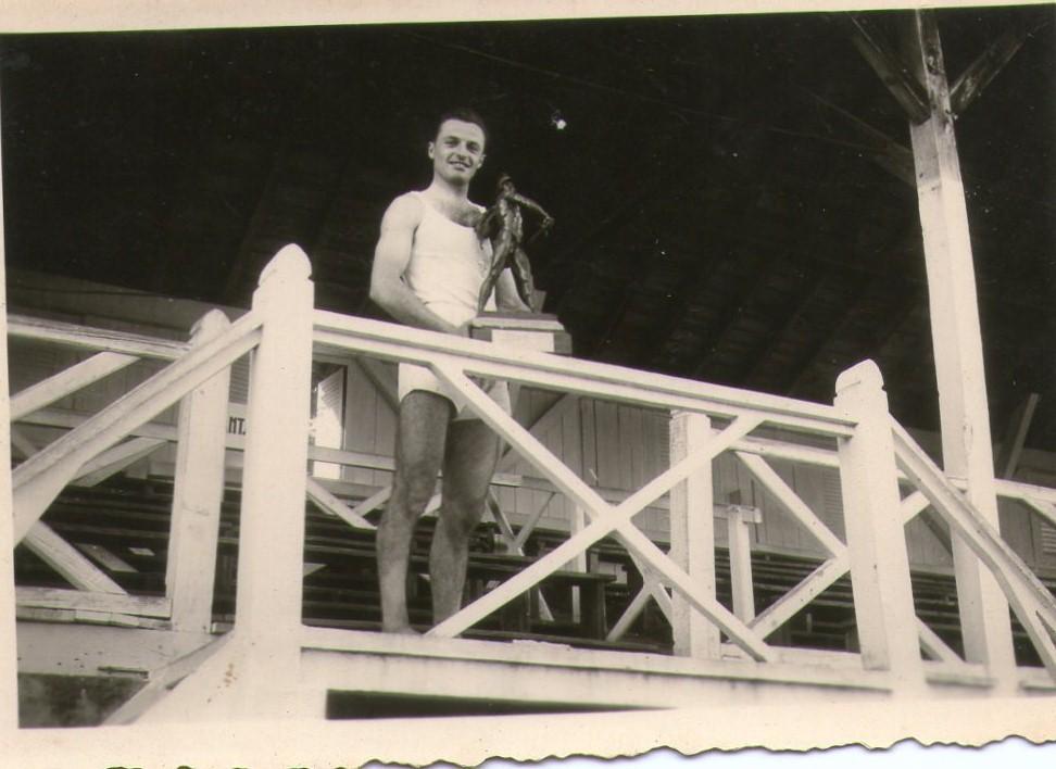 Le capitaine de l'USB avec le trophée St Jean, 1949.