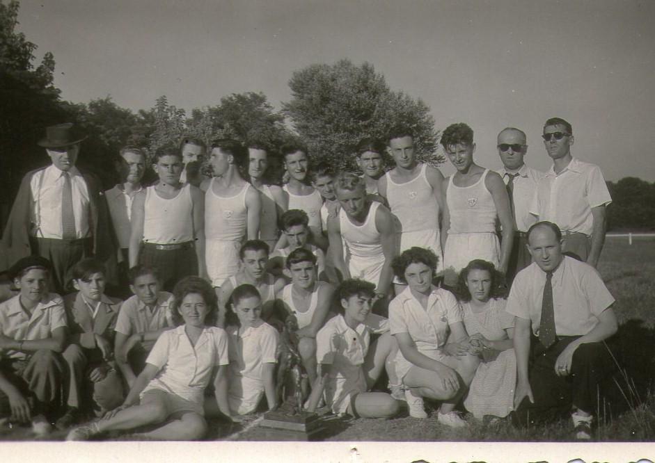 Les équipes féminines et masculines de l'USB après leur victoire devant le SASS lors du challenge Pierre St-Jean, 1949.