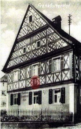 """Platzierung der Holztafel am früheren Gasthaus """"Frankfurter Hof"""""""