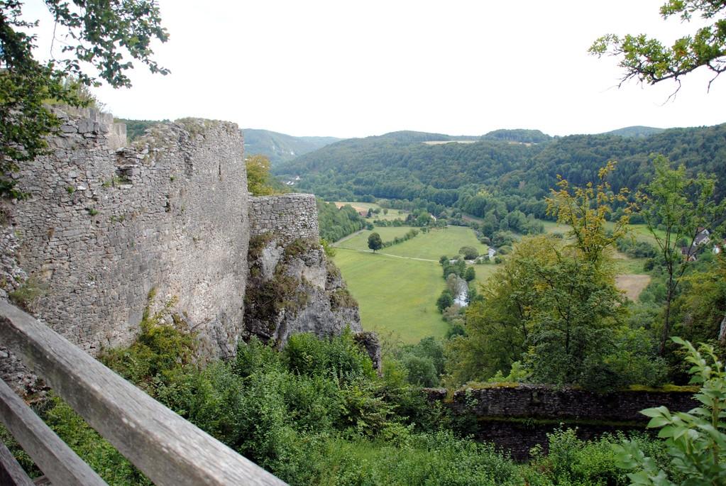 Blick aus der Zugbrücken-Perspektive vor der Hauptburg nach Osten