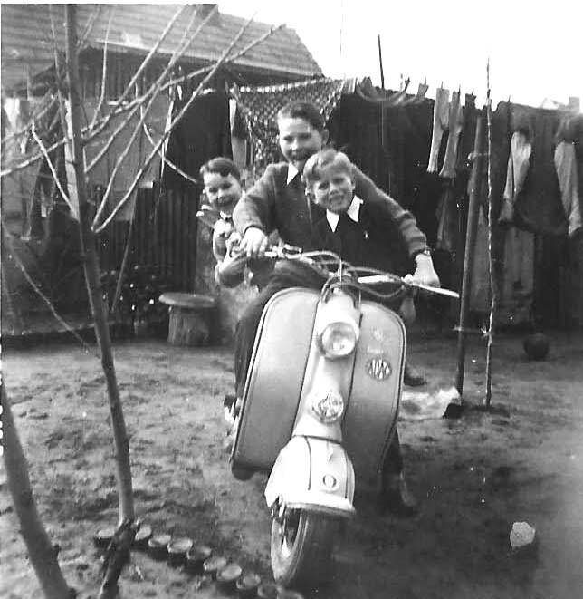 Mit Cousin Jürgen und Onkel Werner im Garten bei der Schnepf-Oma