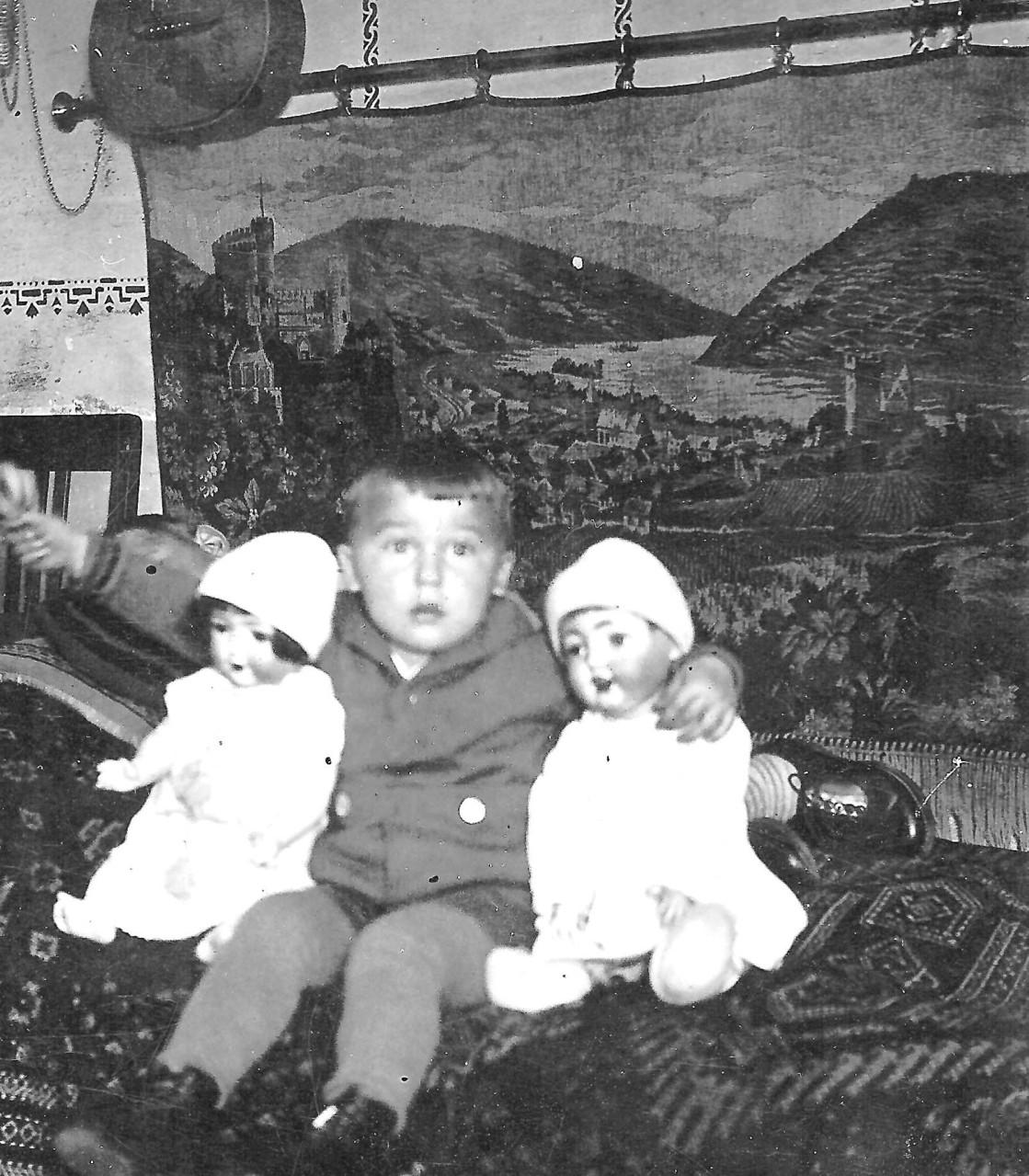 Mein Vater Hans etwa im Alter von drei Jahren in der elterlichen Wohnung in Marktredwitz...