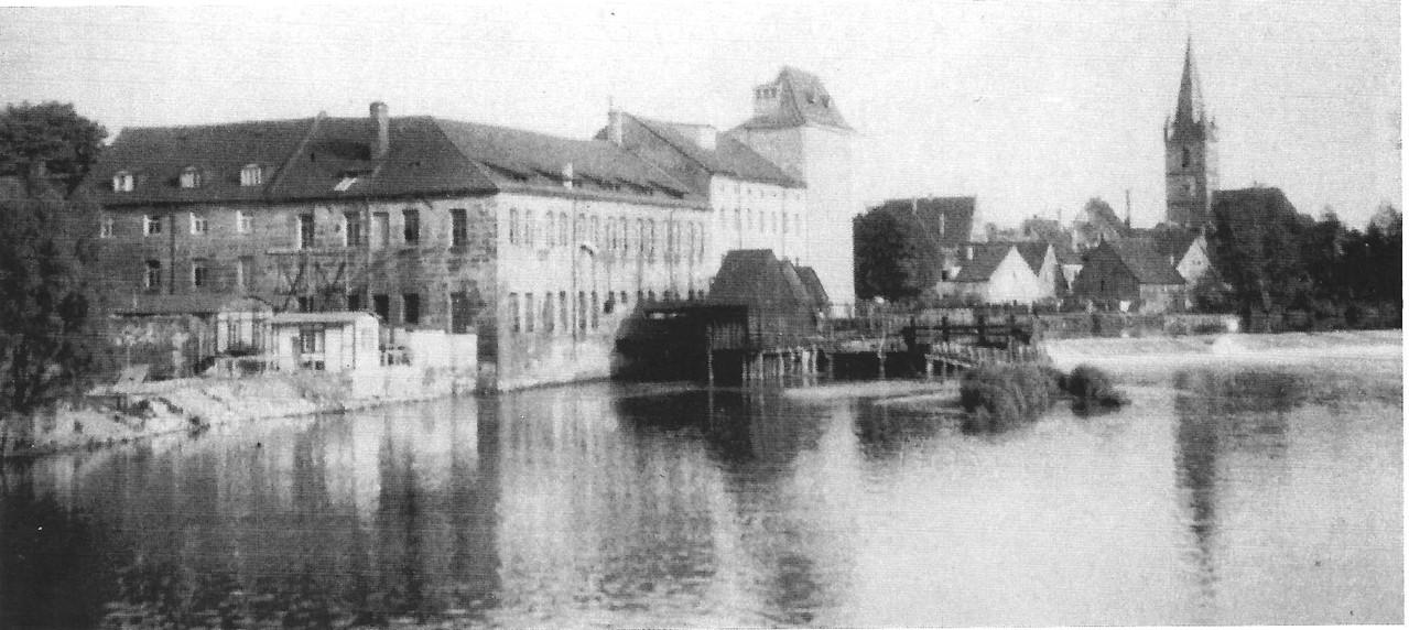 Unterhalb des Wehrs erschienen bei Niedrigwasser Sandbänke, die auch als Badestützpunkte genutzt wurden.