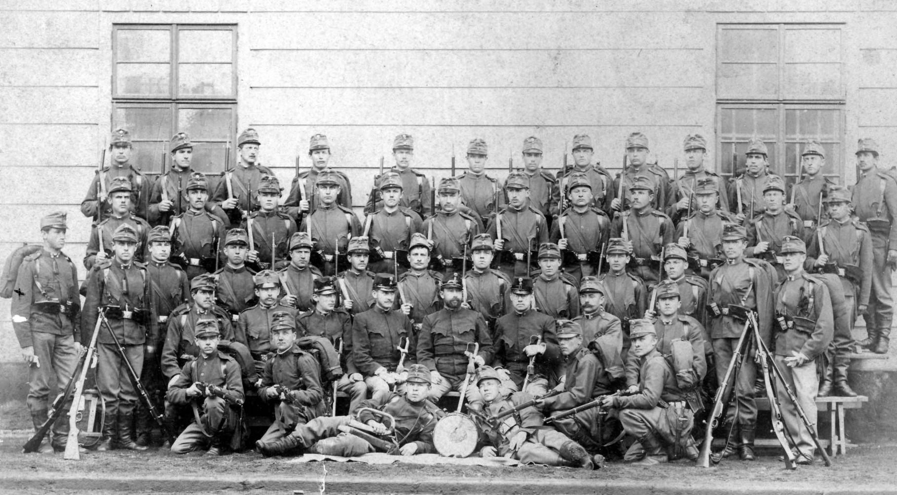 Ganz links: Corporal Johann Karl Stübiger, 16. Feldkompanie, K.u.K.-Infanterie-Regiment Wilhelm Herzog von Württemberg No. 23, im April 1892