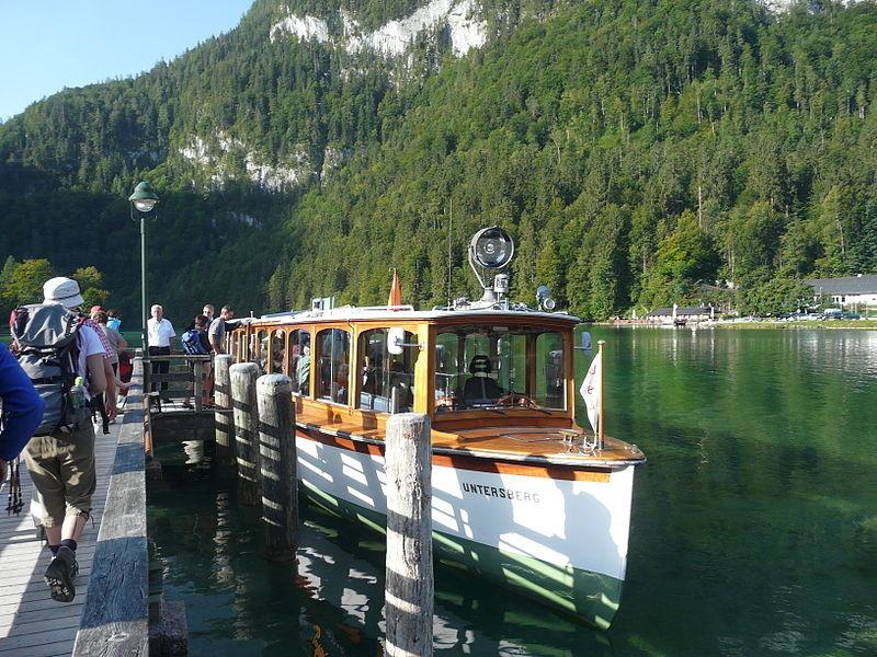 Mit dem Elektroboot von Schönau über den Königsseee nach Sankt Bartholomä (NachtgigerWikipedia Commons)