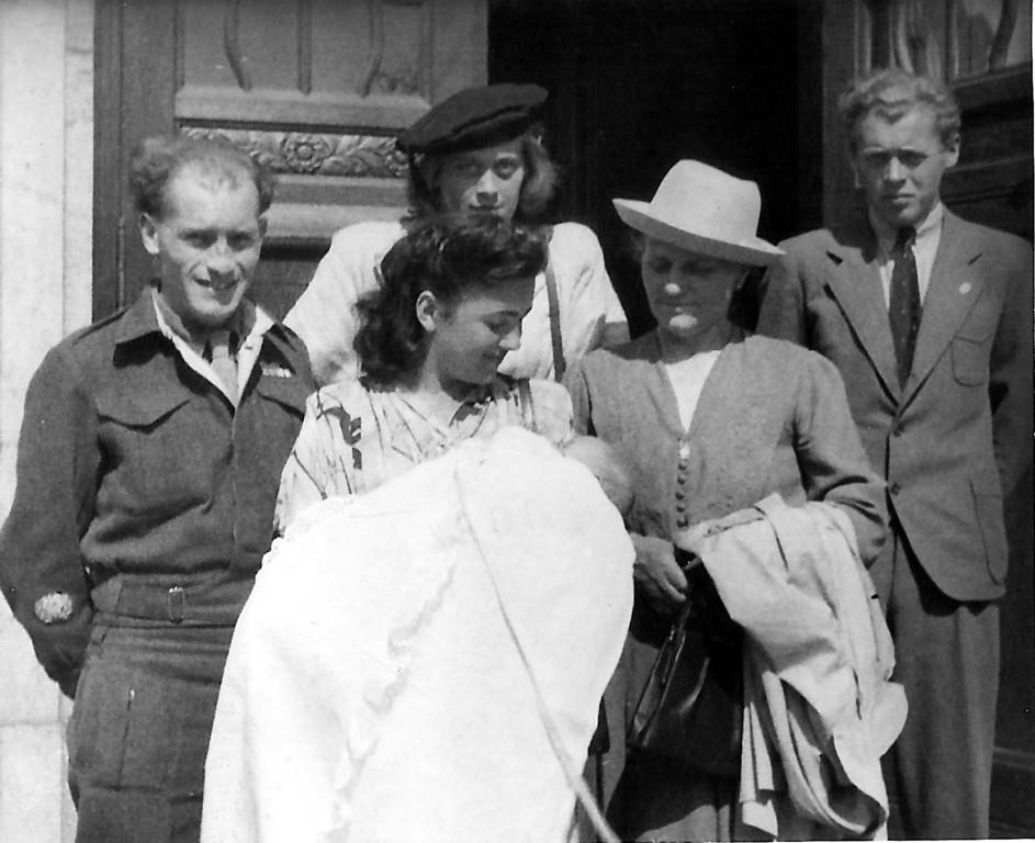 In britischer Uniform 1947 bei der Taufe des Kinds der jüngeren Schwester in München