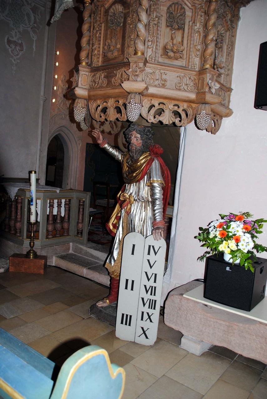 Rechts auf dem Boden: die 1958 freigelegte Sandstein-Grabplatte des ersten urkundlich erwähnten Pfarrers Hermann Strobel.