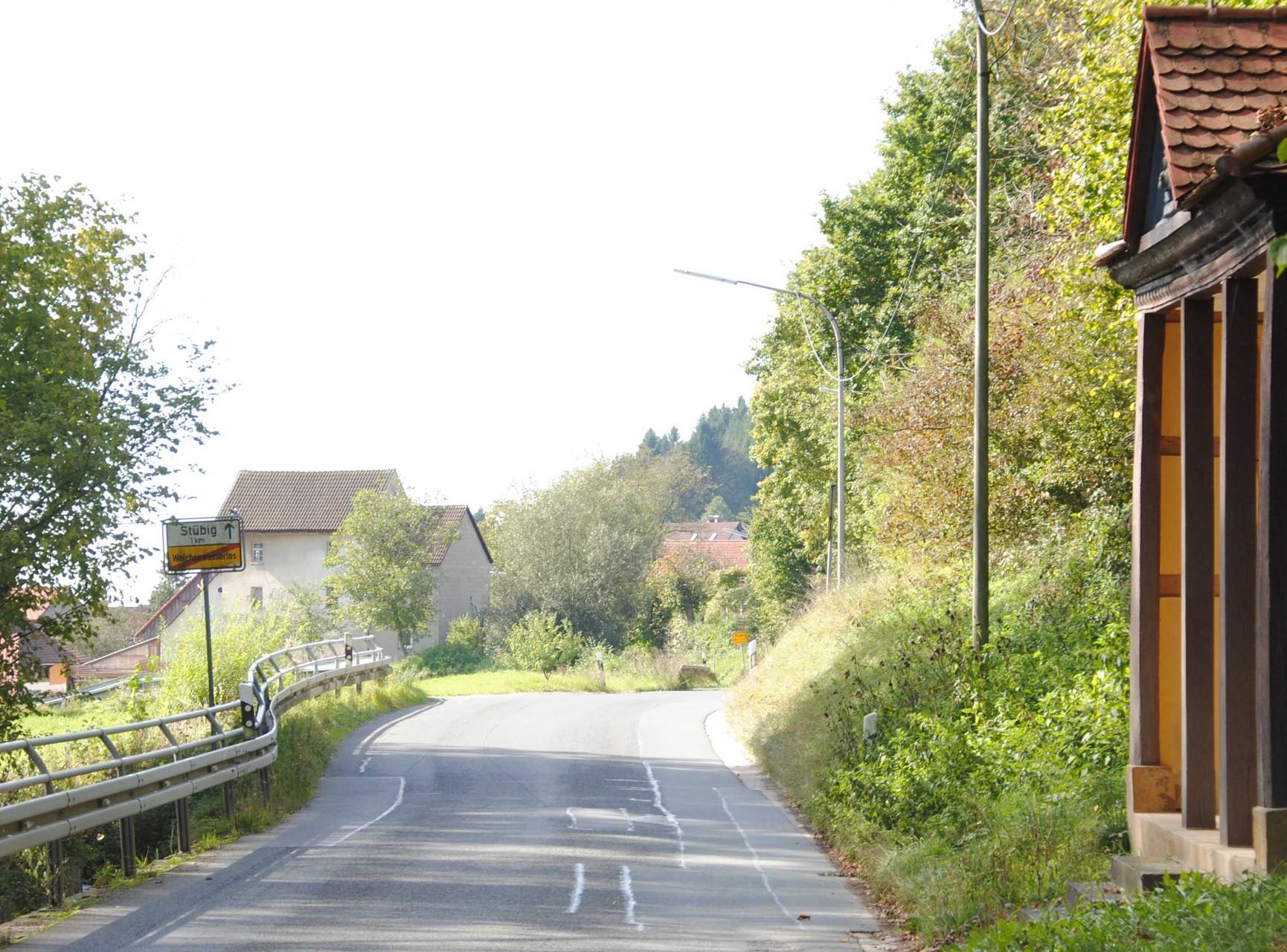 Nordöstlicher Ortseingang, links im Hintergrund Gebäude der Oberen Mühle, rechts die frühneuzeitliche Wegkapelle Sankt Georg