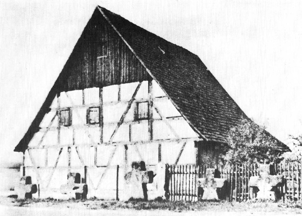 Inzwischen abgerissene Scheune - davor die spätmittelalterlichen Sühnekreuze.