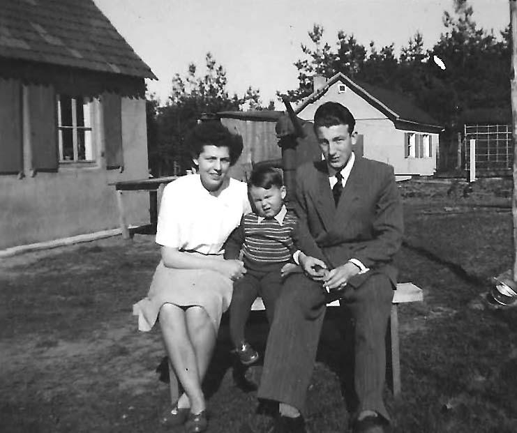 Die junge Familie im Garten des Bitter-Häuschens bei Ottilie und Erwin...
