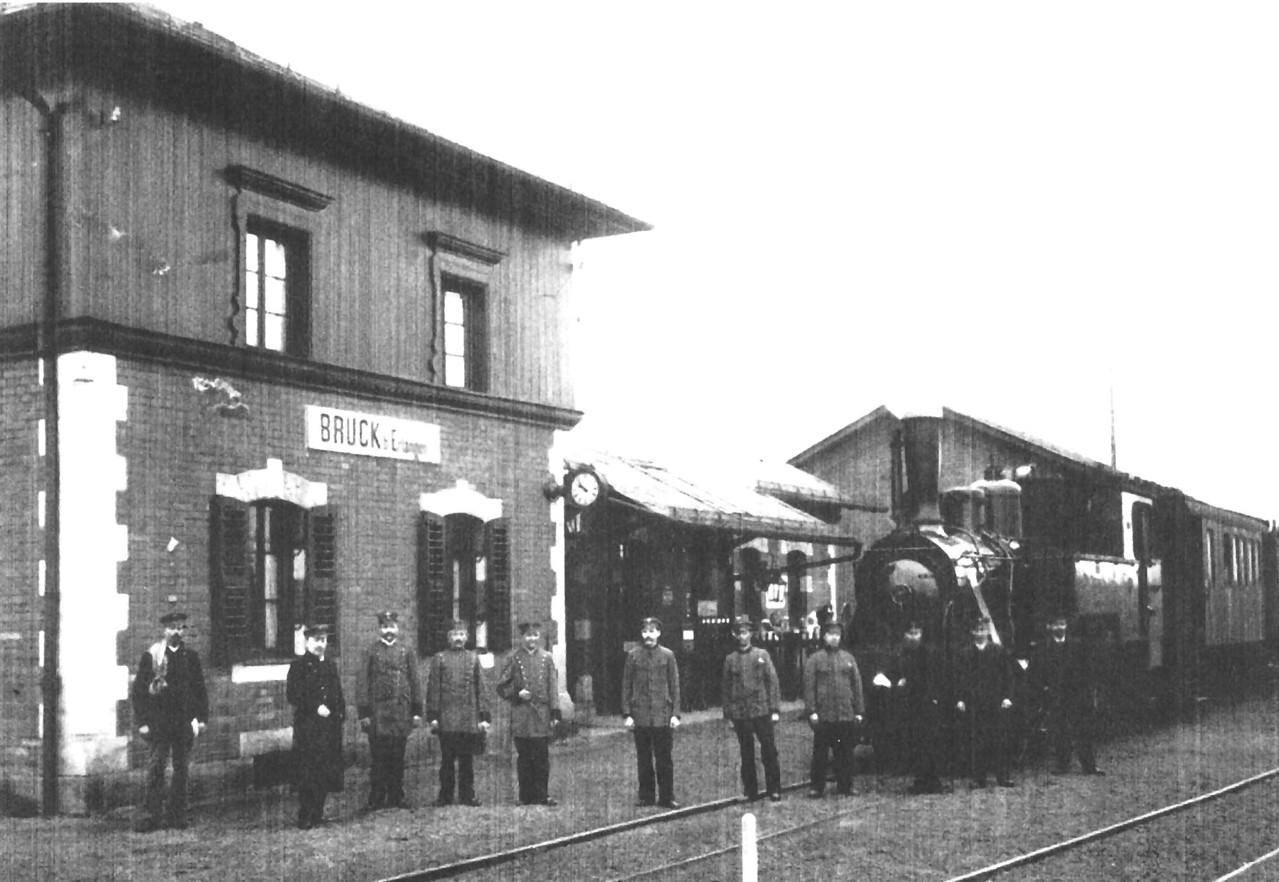 Bahnhof Bruck mit Bediensteten und Zug der Strecke Erlangen-Herzogenaurach.