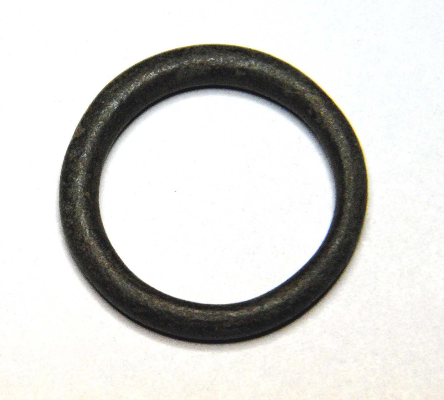 Unterschiedlich dicker Bronzering, Durchmesser 2,3 cm. Wahrscheinlich vorgeschichtlich