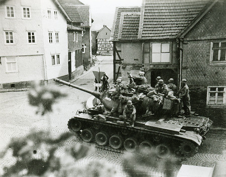 So ähnlich sah es gelentlich aus, wenn US-Panzer in Manöver-Mission durch den  Ort fuhren.