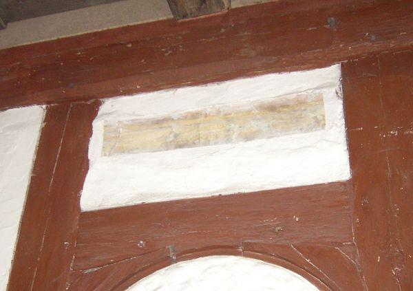 Hebräische Inschrift in einem Gefach. Darunter stand möglicherweise der Thora-Schrein.