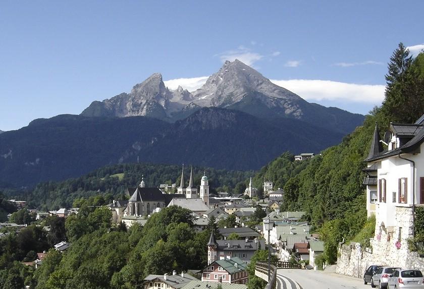 Vorne rechts im Bild führt die Salzbergstraße aus Berchtesgaden hinauf nach Unter- und Obersalzberg sowie zum Skigebiet Rossfeld