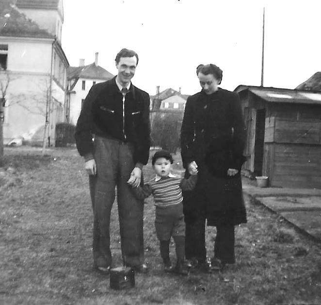 Mit dem Paten Fritz Schiener und dessen Frau im Garten bei den Großeltern