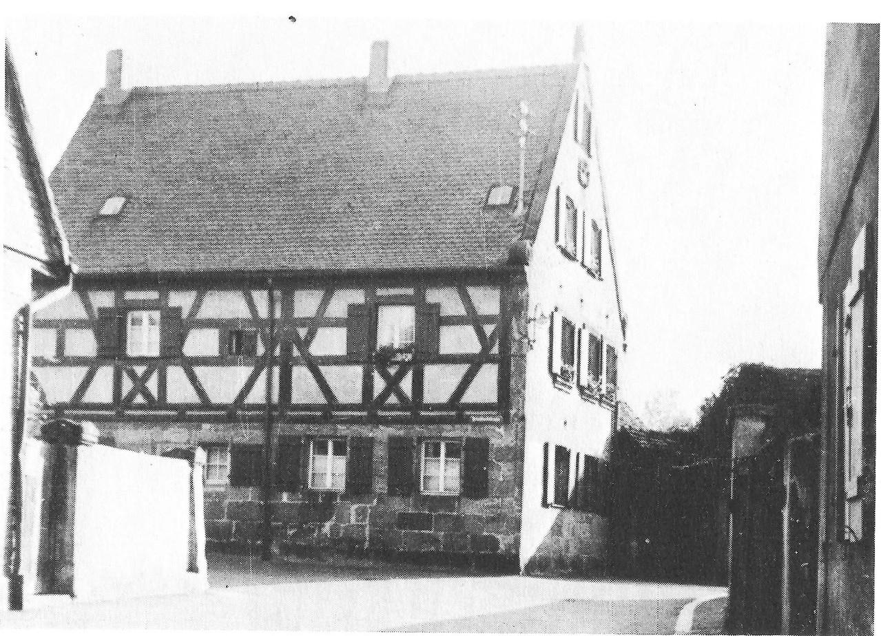Evangelisches Pfarrhaus, ca. 1960: 1408 erstmals erwähnt; Sandstein-Erdgeschoß 1560, Fachwerk-Obergeschoß 1987 verputzt.