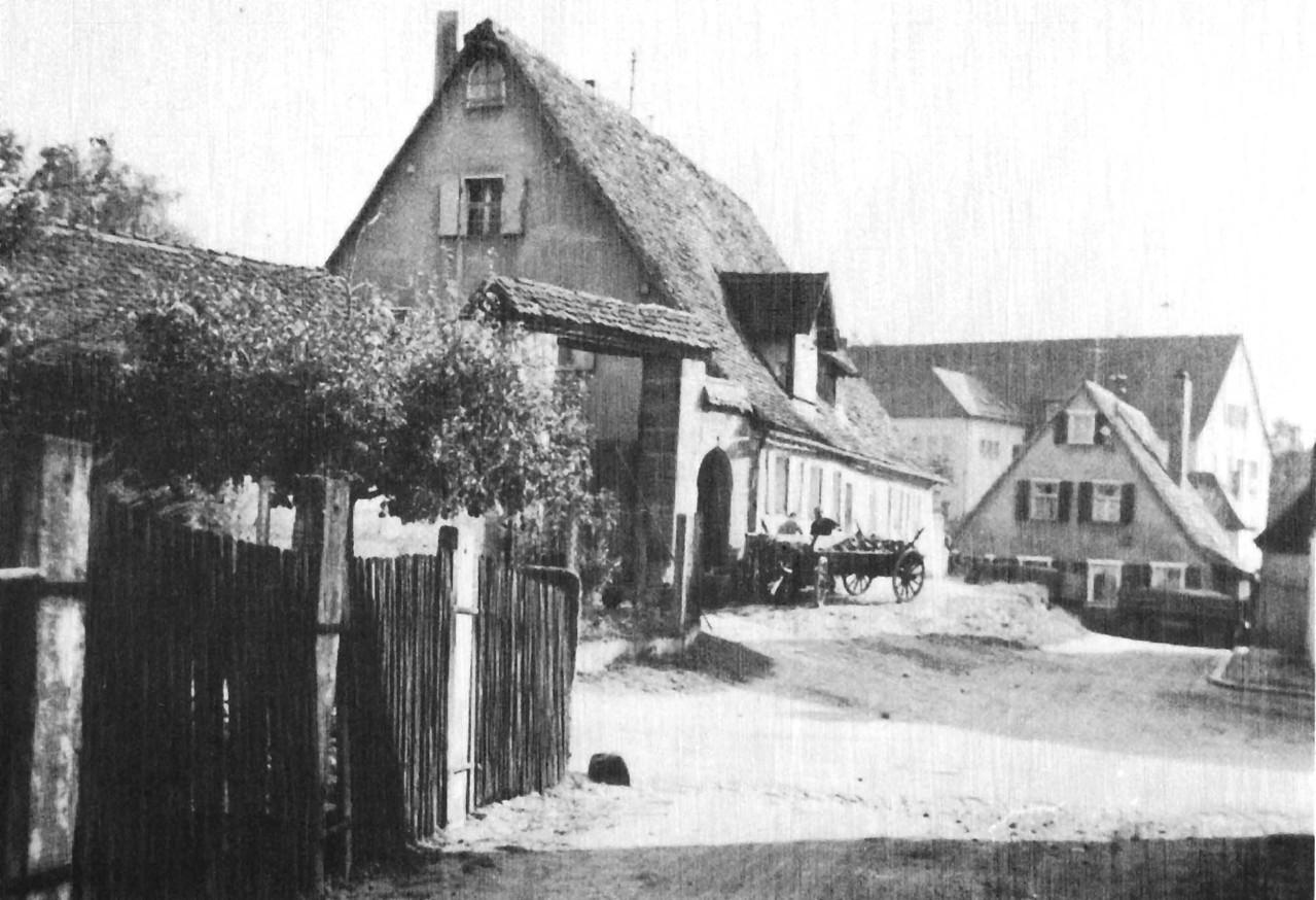 Links der Vollandshof. Im Hintergrund die Brucker Schule