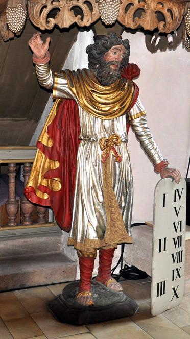 Moses mit der Gesetzestafel trägt die Kanzel. Die Figur stammt von einem unbekannten Holzbildhauer aus Fürth.