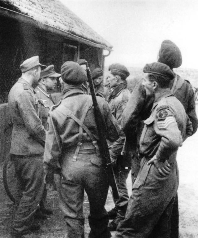 In der Normandie, 1944: ein Mann vom 3. Trupp befragt deutsche Soldaten