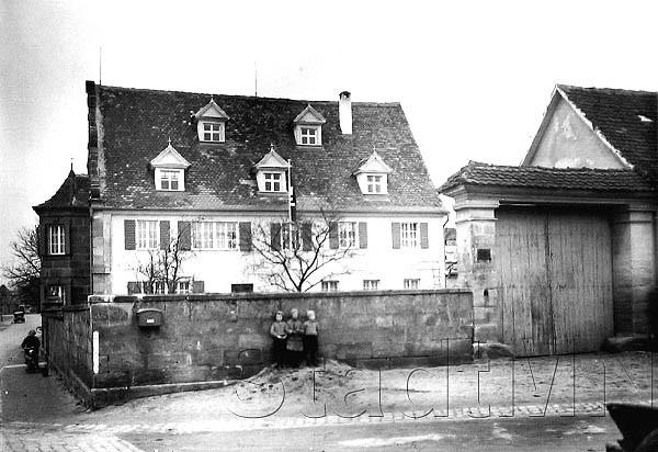 Das so genannte Keltschenschloss. Lehenssitz der Geuder von Heroldsberg, Wirtshaus. Heutiges Aussehen nach repräsentativem Umbau 1726. Bis 1900 Zigarren- und Tabakfabrik Neder.