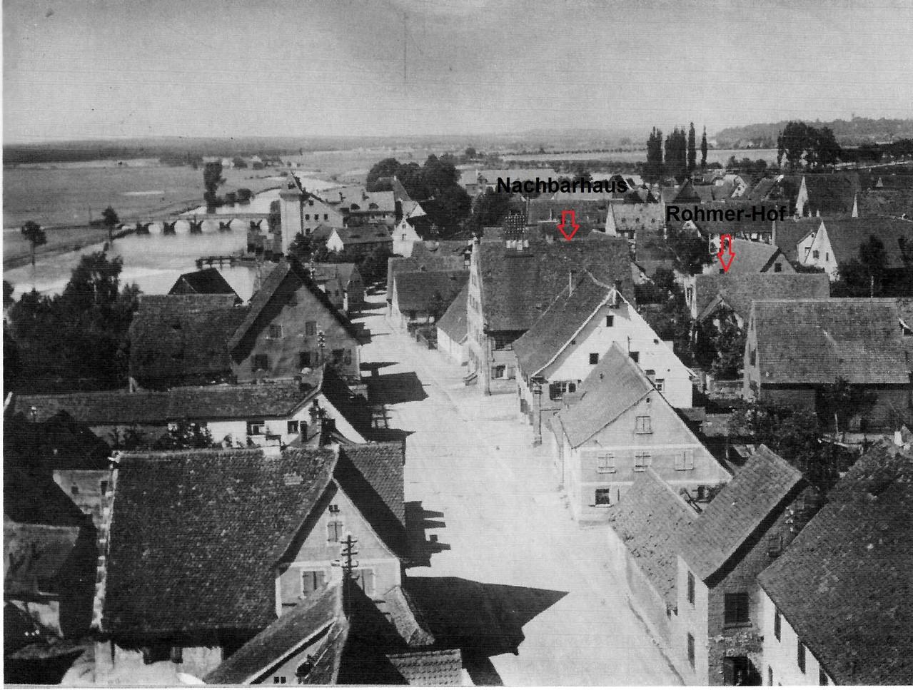 Die Lage der Nachbarhäuser vom Kirchturm aus gesehen: vorn an der Straße das große Barockhaus - dahinter der Bauernhof der Familie Rohmer-Paulus