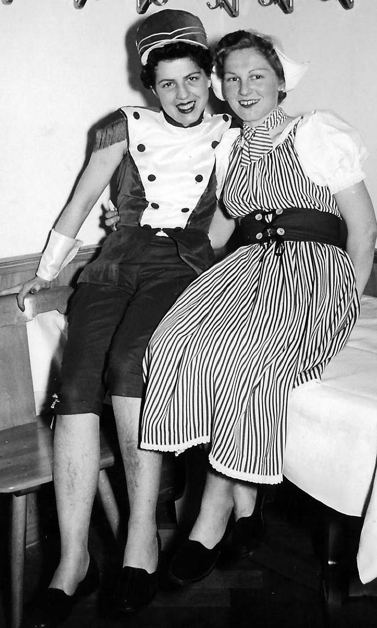 Betty mit ihrer Arbeitskollegin/Freundin Else beim Faschingsvergnügen