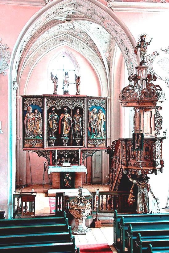 Chor, Altar und Kanzel im barockisierten Innenraum
