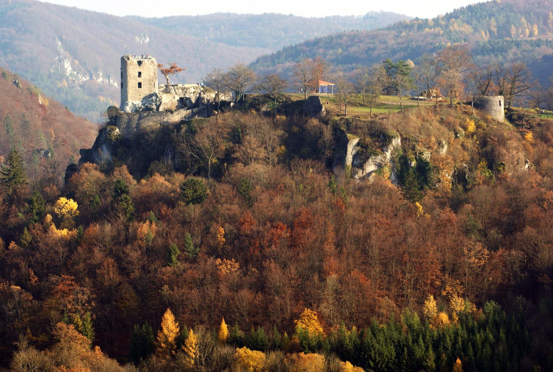 Teilansicht der Burganlage Neideck mit dem Wohnturm (Pegasus/Wikipedia)