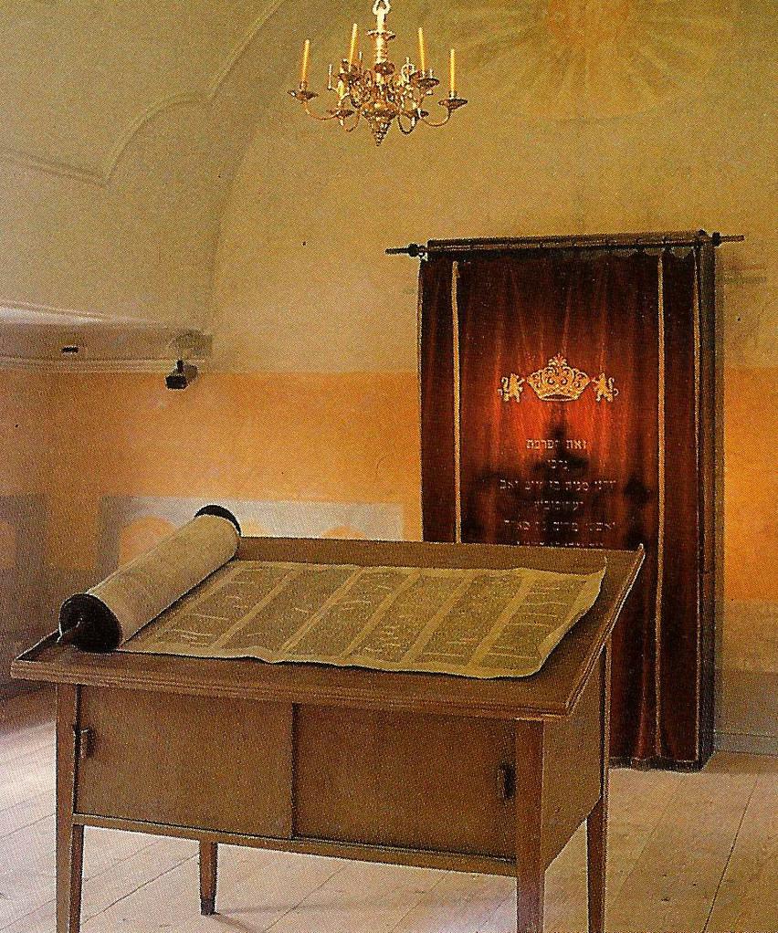 Beispiel-Bild: Betraum einer anderen fränkischen Synagoge mit Thora-Schrein an der Ostwand im Hintergrund.