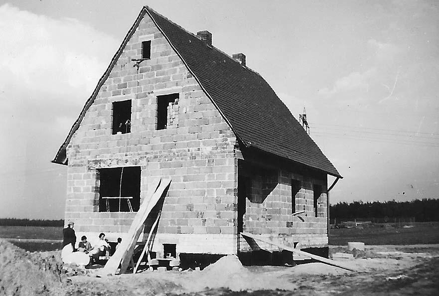 Rohbau Anfang 1960 mit Besuchern.