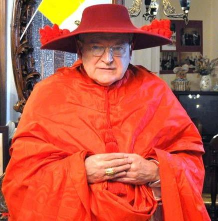 """...und bei der markanten Kopfbedeckung: Beispielbild eines Kardinalshuts """"Galeo"""""""