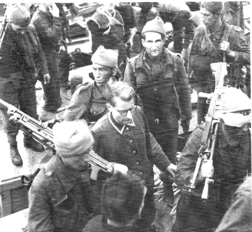 Überlebende Rückkehrer in Newhaven mit deutschem Gefangenen
