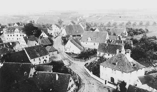 """Blick nach Osten vom Kirchturm. Rechts das Herrenhaus (""""Schlösschen""""). Die Baumreihe im Hintergrund markiert den alten Ludwig-Donau-Mainkanal"""