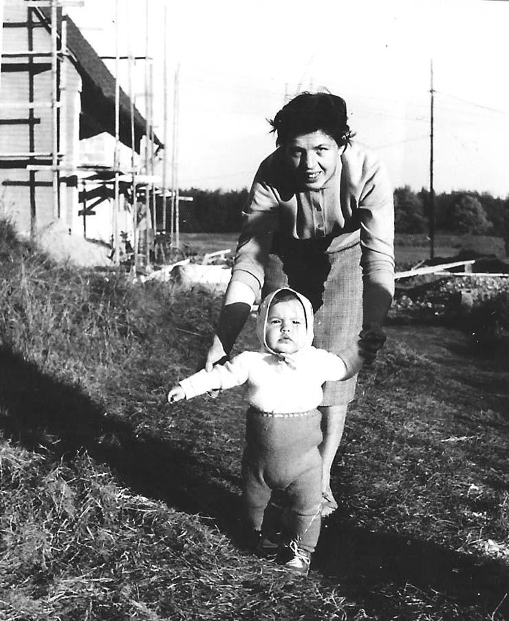 Meine Mutter und die Ende 1959 geborene Schwester Ingrid. Noch keine Bebauung im Hintergrund.