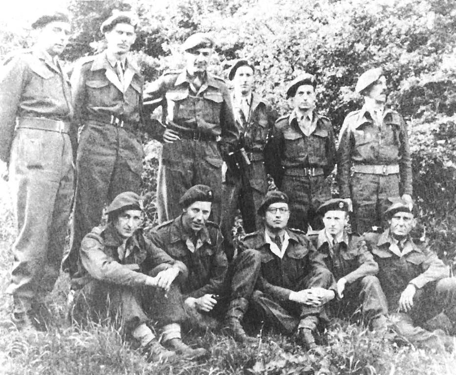 Die Offiziere der Ausländer-Trupps ( Hilton Jones, stehend, 2. v.r.) und der  kommandierende Offizier des 10. Cdo. Lt.-Col. Dudley Lister (stehend, 3. v.l.)