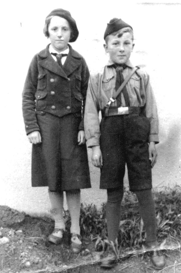 """... und als """"Pimpf"""" in Marktredwitz mit seiner Cousine Lotte (in Jungmädel-Kluft)"""